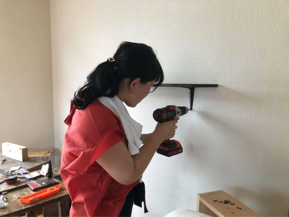 【開店へ向けて改装中】2020.7.21|壁に小さな棚を取り付ける